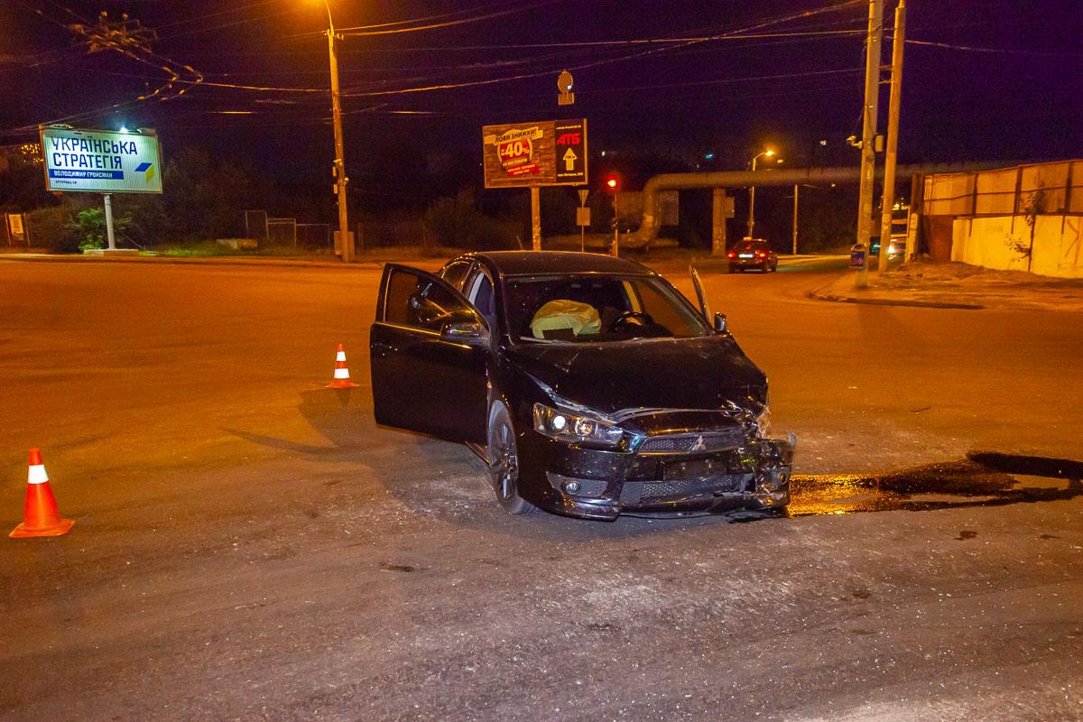 В Днепре на Калиновой не поделили дорогу Mitsubishi и Volkswagen: один человек госпитализирован