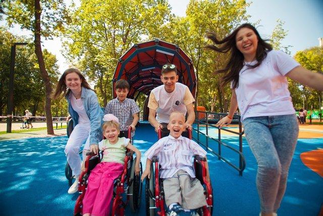 Покататься на качелях и каруселях в инклюзивном парке могут и особенные дети