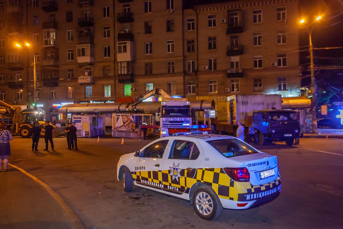В Днепре на Старомостовой площади демонтировали МАФы