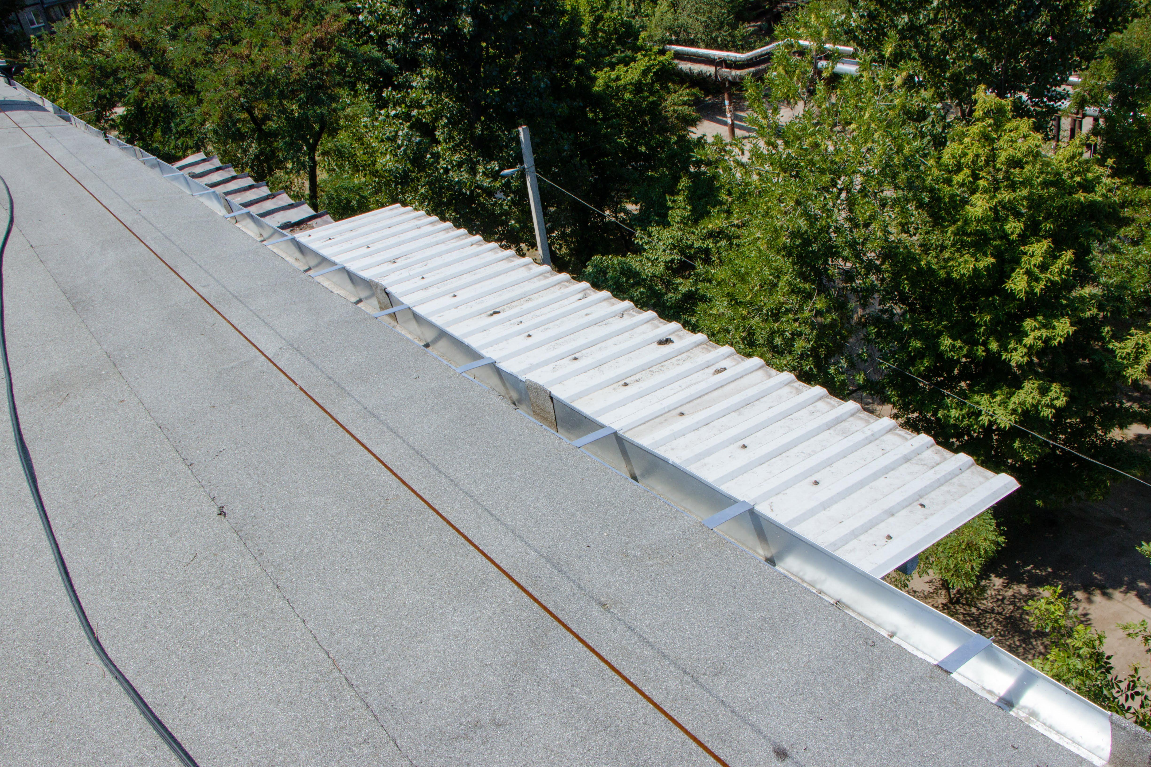 В Днепре завершают плановые капитальные ремонты крыш в жилых домах