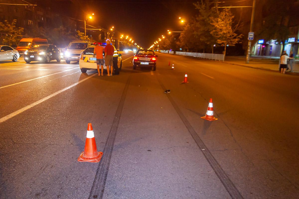 В Днепре на Слобожанском Daewoo сбил парня: от удара наушники намотало на боковое зеркало авто