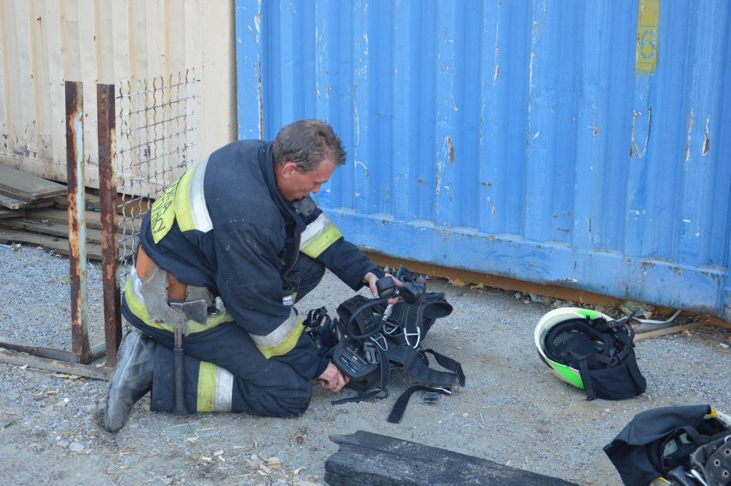 В Днепре пожарные ликвидировали возгорание в двух металлических ангарах на Мануйловском проспекте