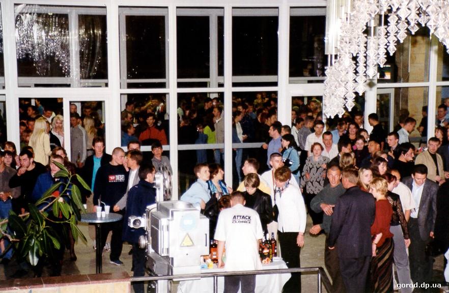 Открытие «Салюта» после реконструкции в сети «Киносистема» (16 мая 2002 года). Печальный закат сиявшего «Салюта»