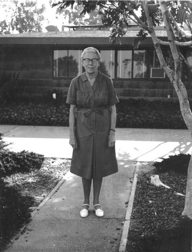 Кэтрин Эзау в кампусе. Кэтрин Эзау: Родилась в Екатеринославе, умерла в… Санта-Барбаре