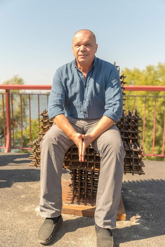 Полтонны арматуры и неудобная поверхность, - автор инсталляции «Кресло мэра» раскрыл тайные символы артобъекта