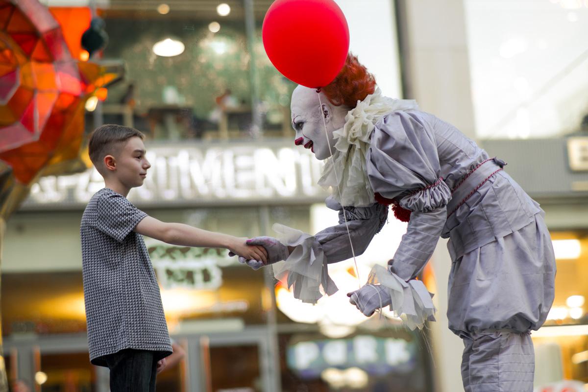 Клоун из «ОНО» гулял по Днепру и пугал пассажиров 1-го трамвая