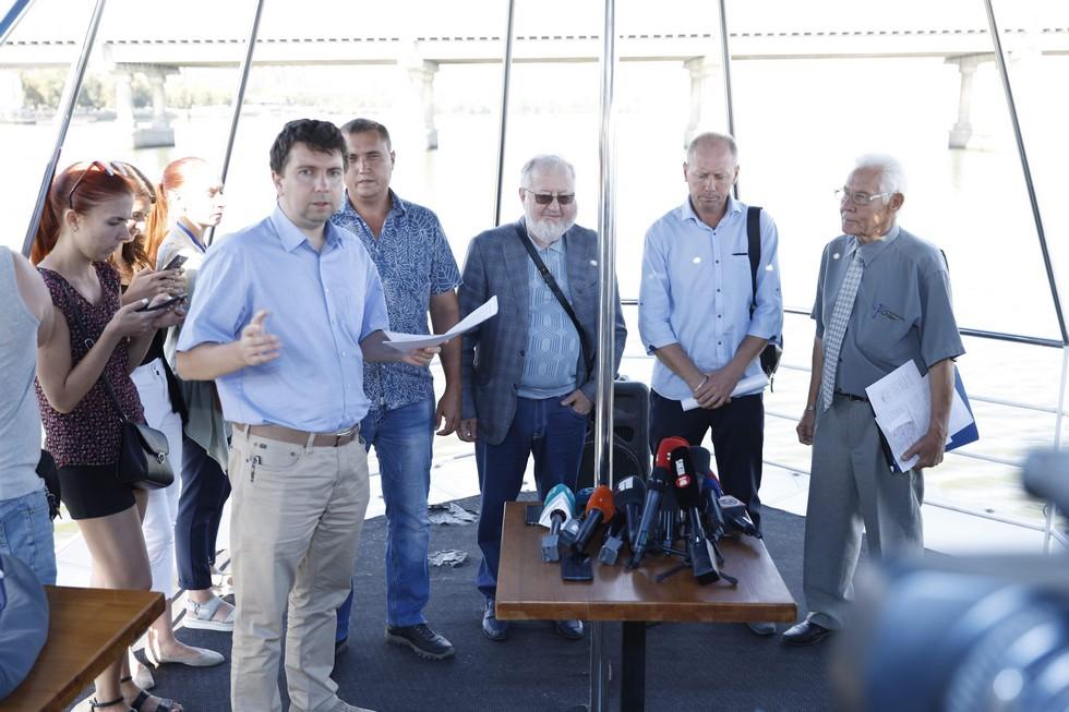 Совместный заплыв: активисты и эксперты осмотрели ремонт Центрального моста с воды