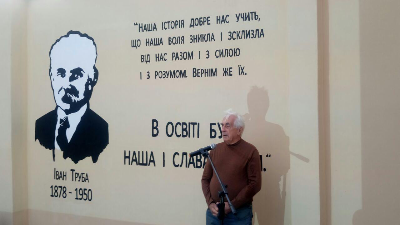 Внук писателя на фоне готового мурала «Слово на стіні» открыли новый мурал в Днепре
