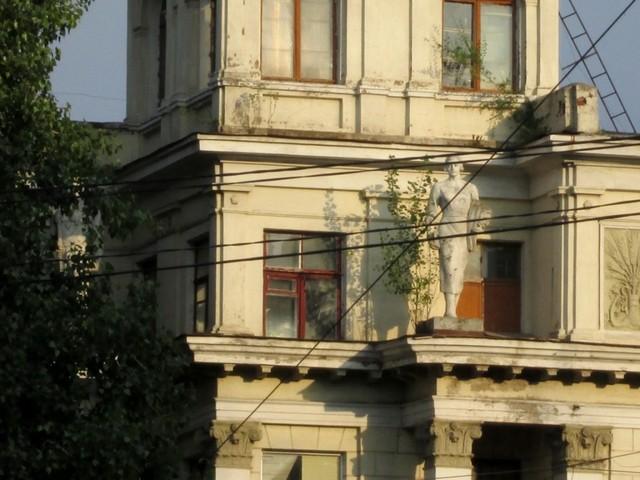 Каменные студенты на общежитии