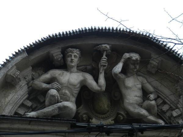 Здание украшают бог Прометей и неизвестный мальчик или девочка