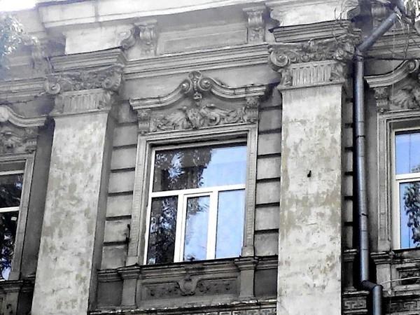 Крылатые химеры на доме в нагорном районе