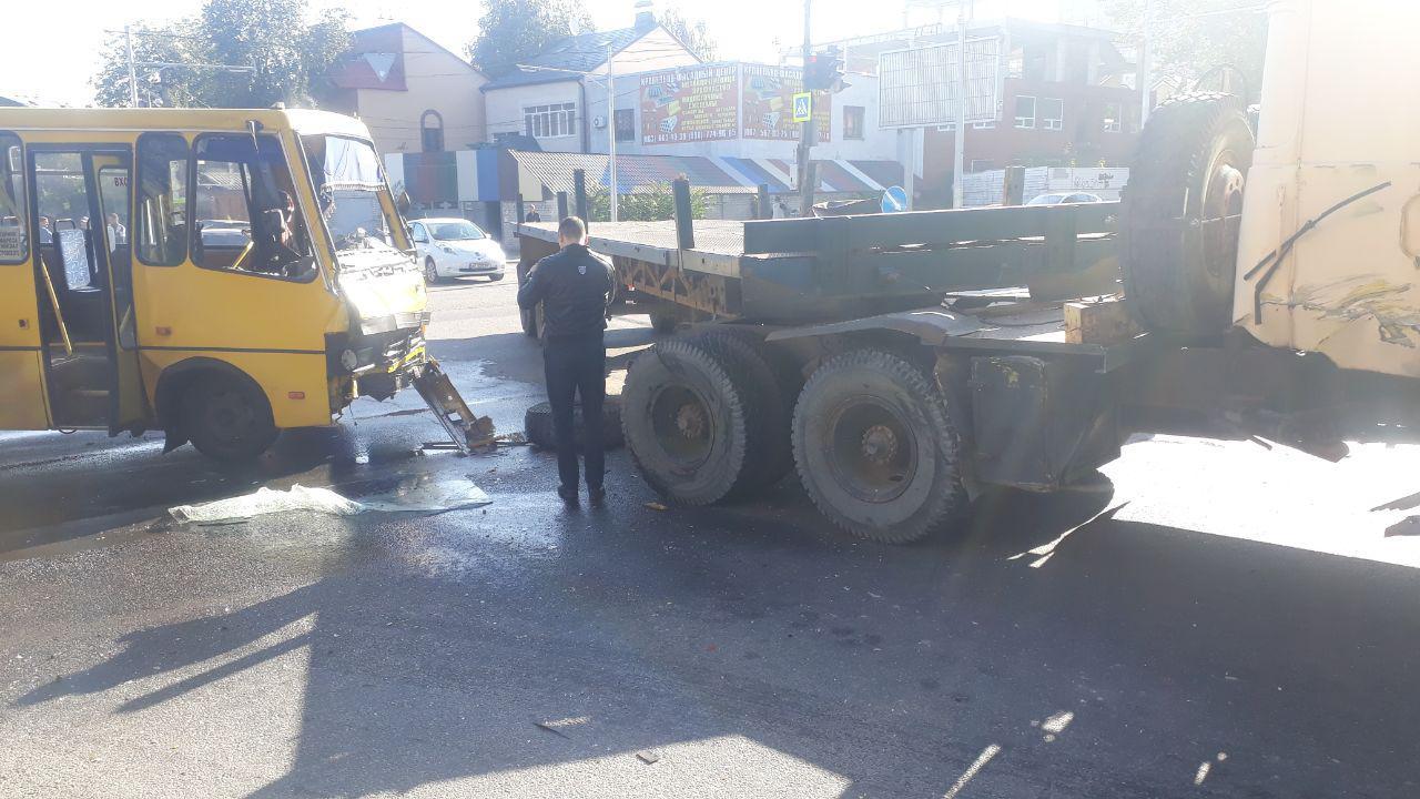 В Днепре на Запорожском шоссе столкнулись маршрутка №146 и КрАЗ: пострадали более 10 человек