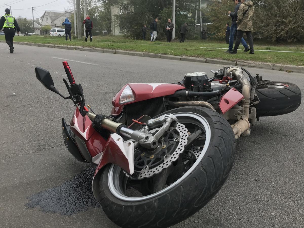В Днепре женщина выбежала под колеса мотоцикла: пострадавшая умерла в скорой