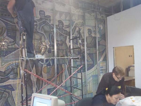 В Днепре разрушают оригинальную мозаику советских времен