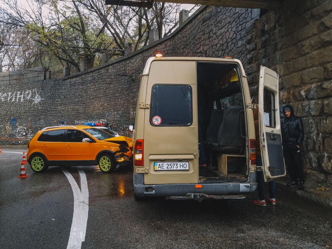 В Днепре Volkswagen столкнулся с маршруткой №157: пострадали 6 человек
