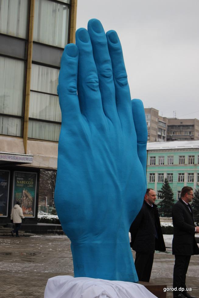 Синяя рука простоит 3 месяца перед Оперным театром