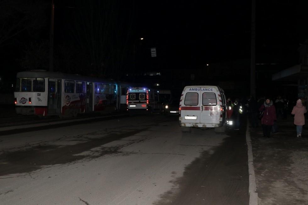 В Днепре на Ударников микроавтобус въехал в толпу людей: пострадали 3 взрослых и ребенок