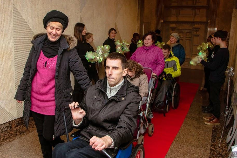 В Днепре бал для людей с инвалидностью «Night to Shine Ukraine» собрал более 200 участников