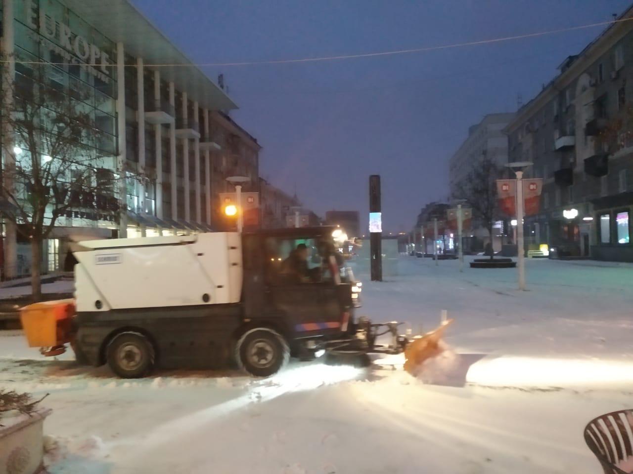 За ночь коммунальщики Днепра высыпали на дороги города более 800 тонн противогололедной смеси