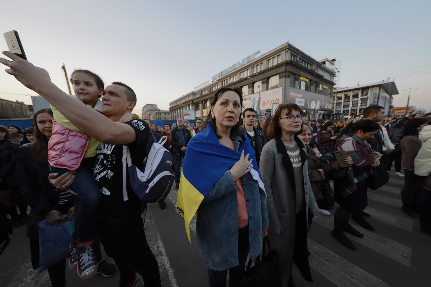 Около тысячи днепрян спели гимн Украины в центре города