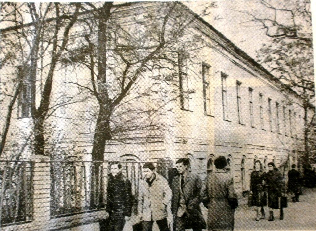 Корпус мединститута. Фото 1983 г Первой гимназии Днепра – 215 лет