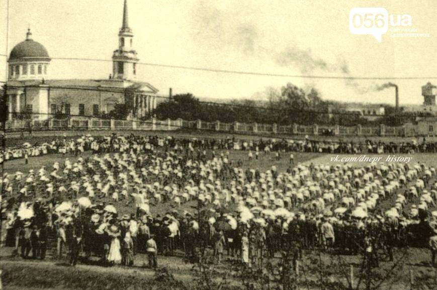 Занятия гимназистов на Соборной площади. Фото начала XX века Первой гимназии Днепра – 215 лет