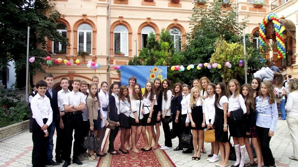 Учащиеся во дворе школы. Март 2015 г. Одна из старейших школ Днепра: история длиной в 120 лет