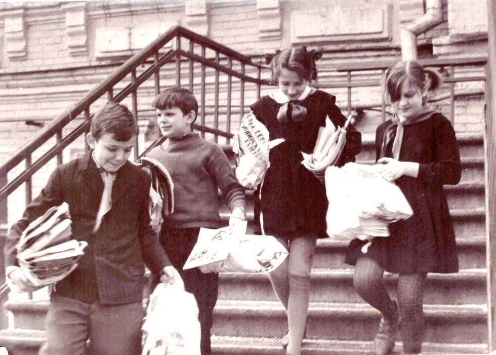 Ученики на сборе макулатуры. 1980-е годы. Одна из старейших школ Днепра: история длиной в 120 лет