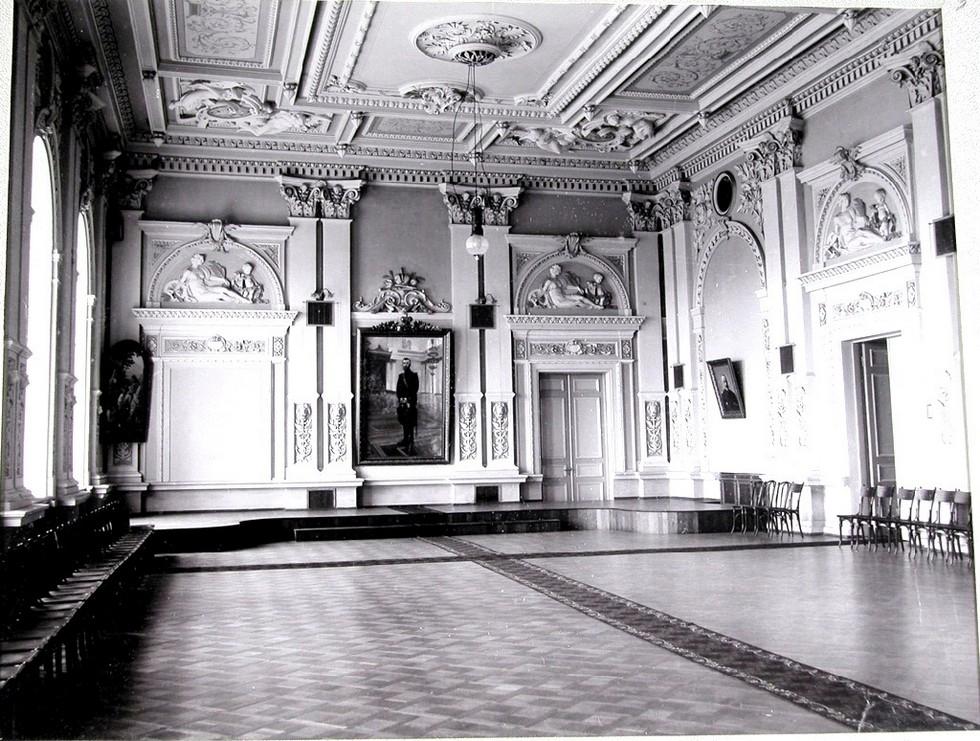 Актовый зал Коммерческого училища. Александр Толстиков: легендарный «мэр» нашего города начинал с приказчиков