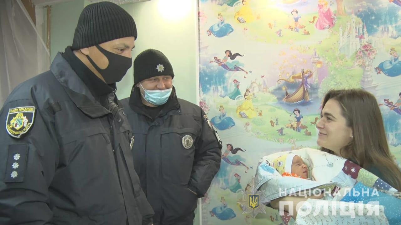 Полицейские помогли будущей маме найти роддом
