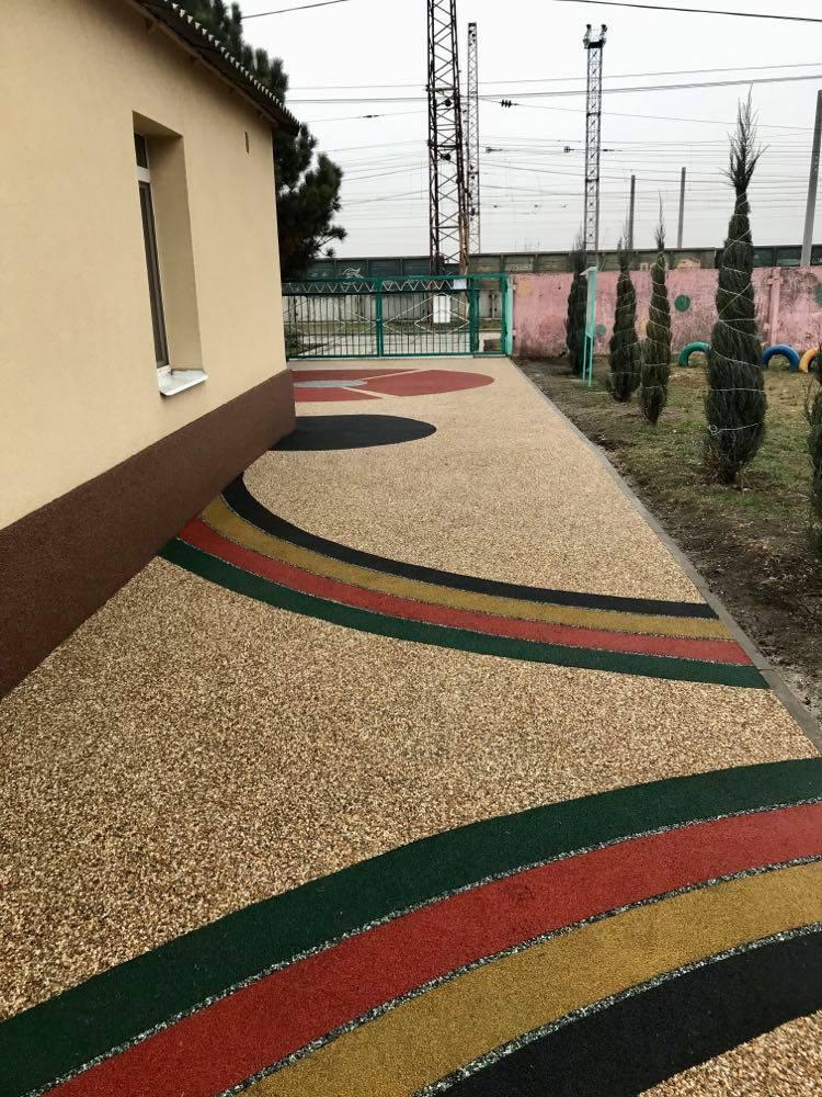В детских садах Днепра пешеходные дорожки делают из гальки и резины