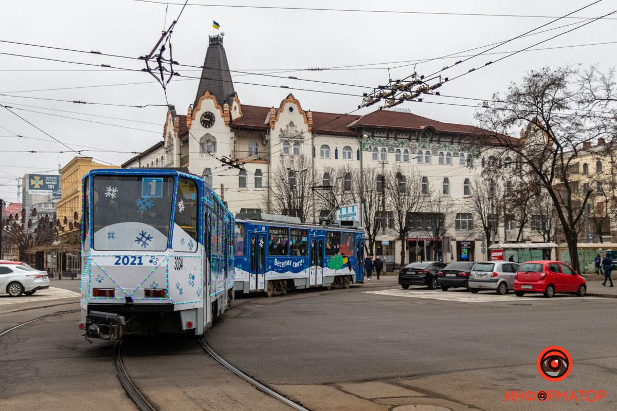 В Днепре на маршрут № 1 вышел новогодний трамвай