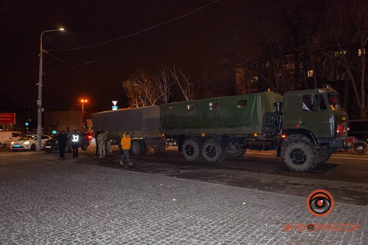 В Днепре на перекрестке женщину несколько раз переехал грузовик: видео 18+