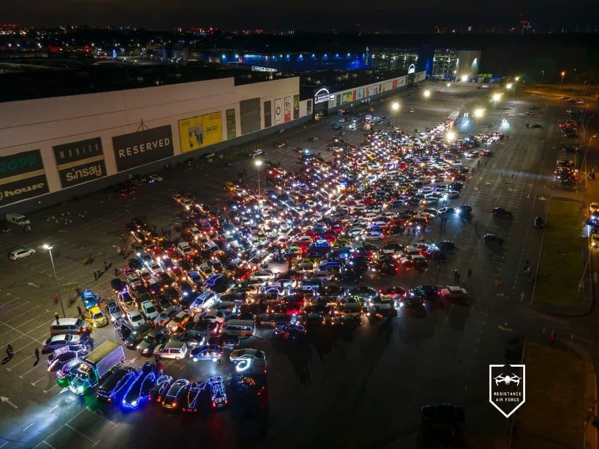 Автоелка в Киеве. В Днепре собрали «автоелку» из двух сотен машин