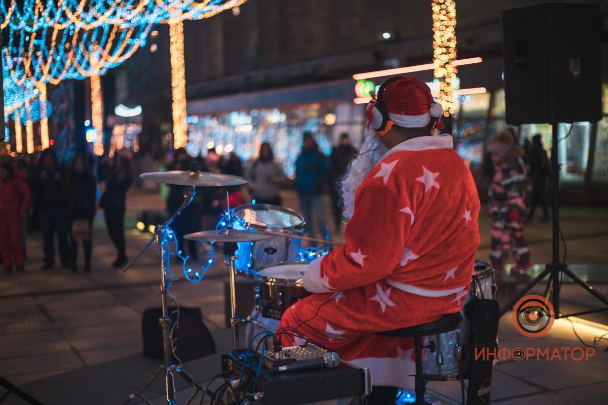 В центре Днепра Дед Мороз играл на барабанах под «Дискотеку Аварию», Монатика и Майкла Джексона