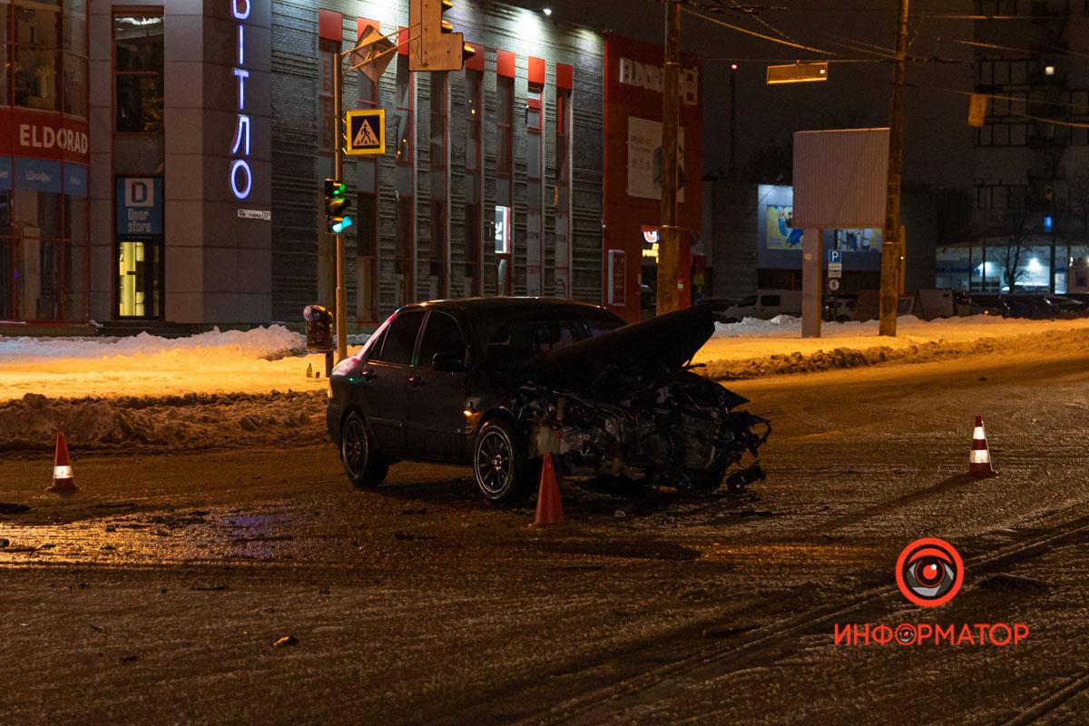 В Днепре на проспекте Хмельницкого Toyota столкнулась с Mitsubishi и въехала в столб (момент ДТП)