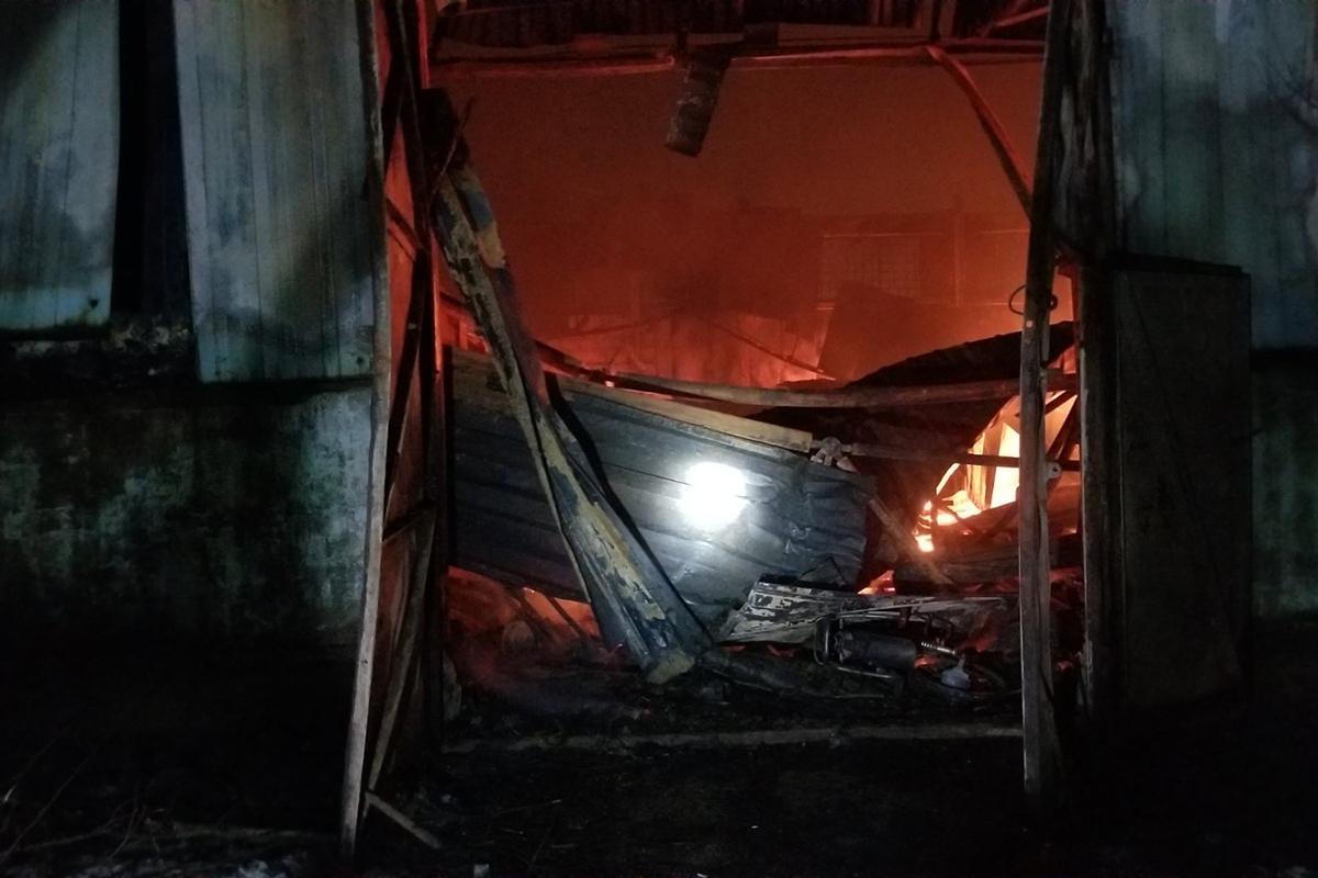 В Кривом Роге — масштабный пожар: сгорело здание 750 квадратов  и два автомобиля