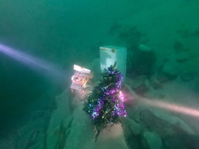 Дайверы из Днепра установили елочку на дне затопленного карьера