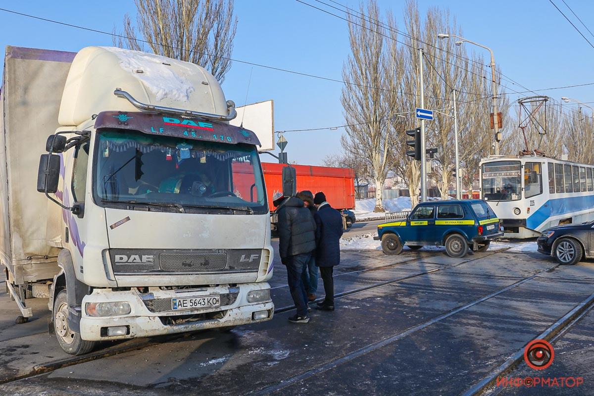В Днепре на Донецком шоссе трамвай № 19 врезался в грузовик