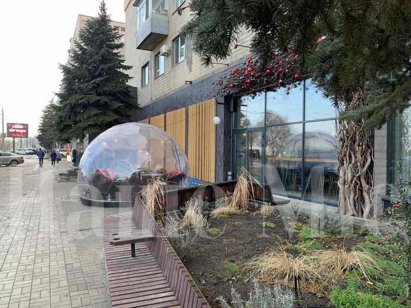 В Днепре на набережной установили стеклянный купол с подогревом