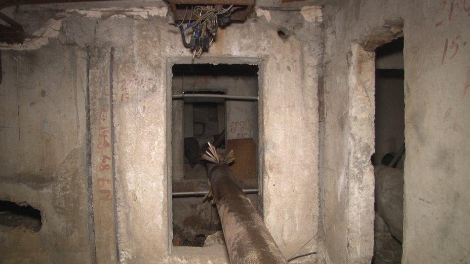 В Днепре поврежденную трубу отопления ремонтируют деревянными кольями