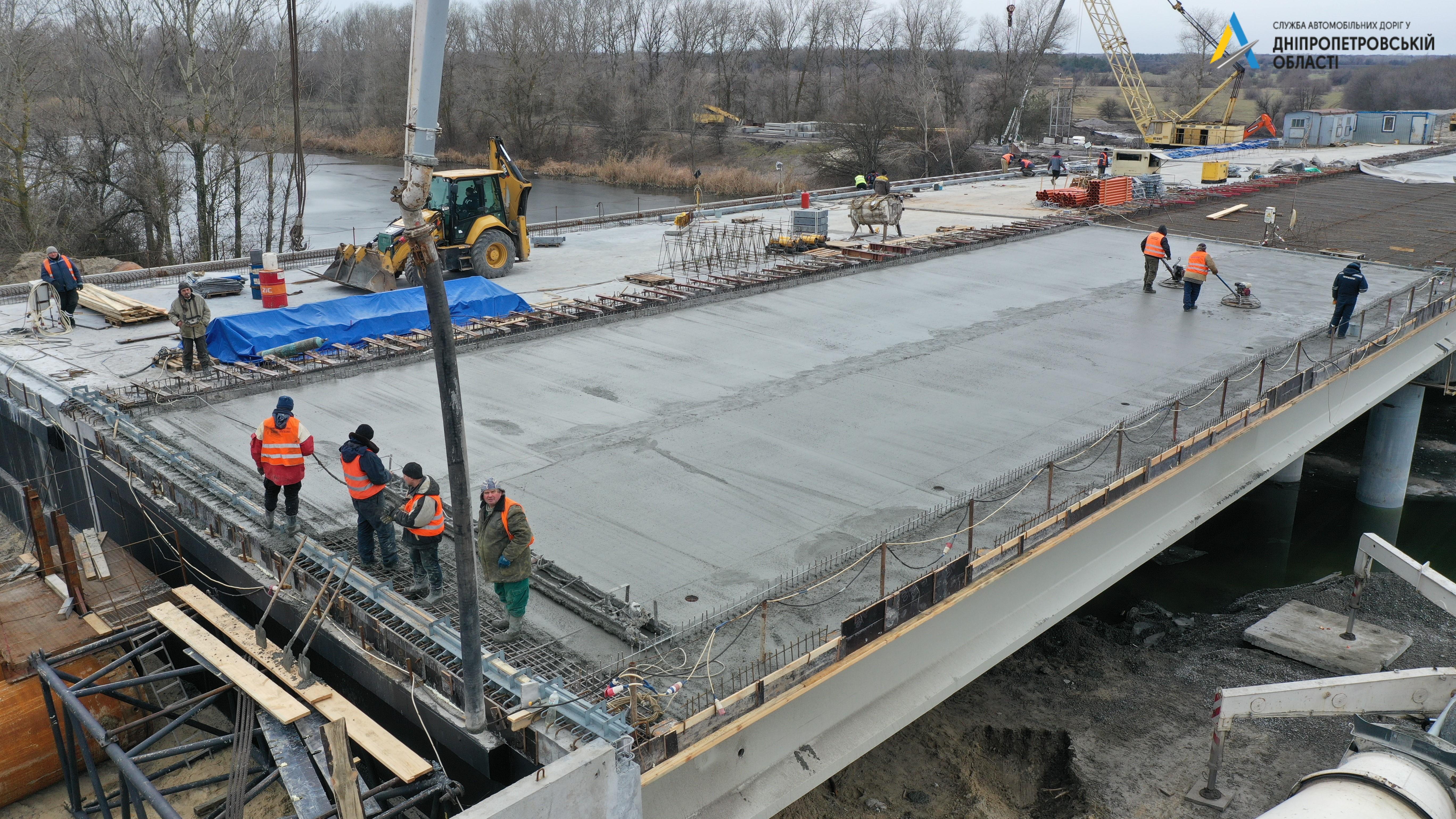 Зима — не помеха:  над строительством моста, соединяющего берега канал Днепр - Донбасс, работают без остановок