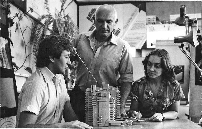 Архитектор Олег Чмона с макетом 16-этажек Жилмассиву Красный Камень в Днепре – 50 лет!