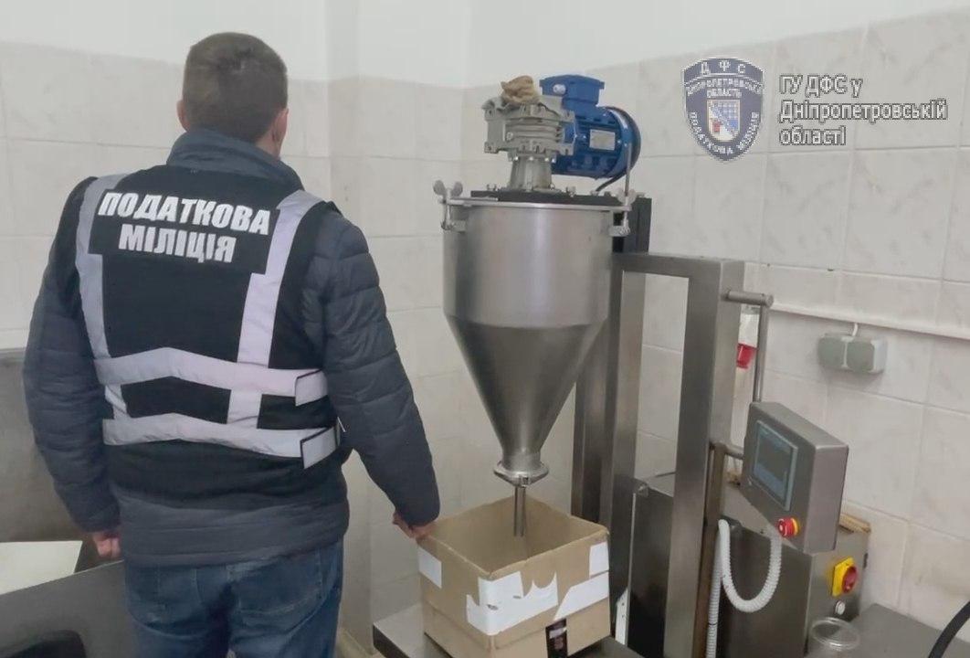 На Днепропетровщине ликвидировали подпольный цех по  производству кальянного табака