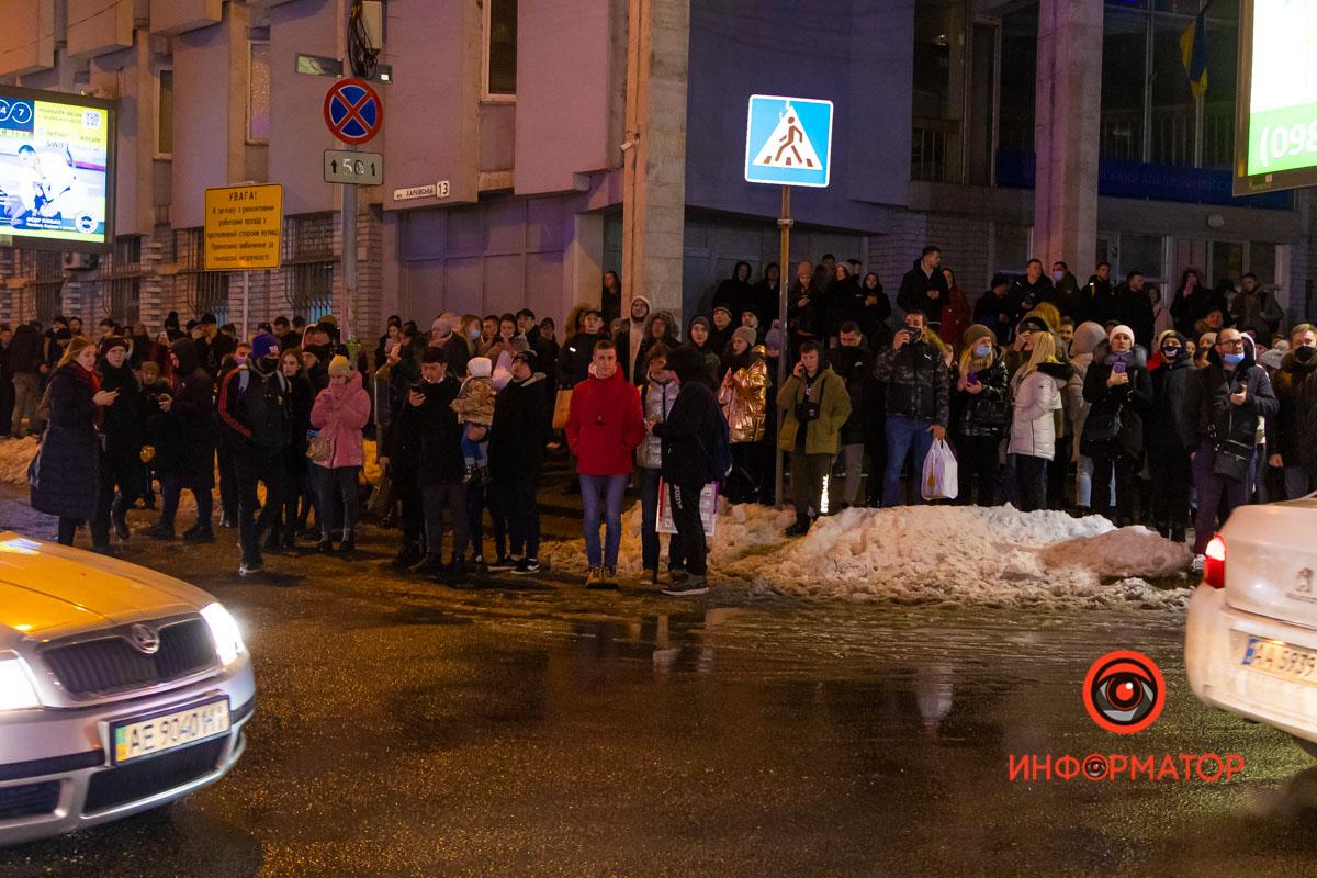В центре Днепра горит ТЦ «МОСТ-сити»