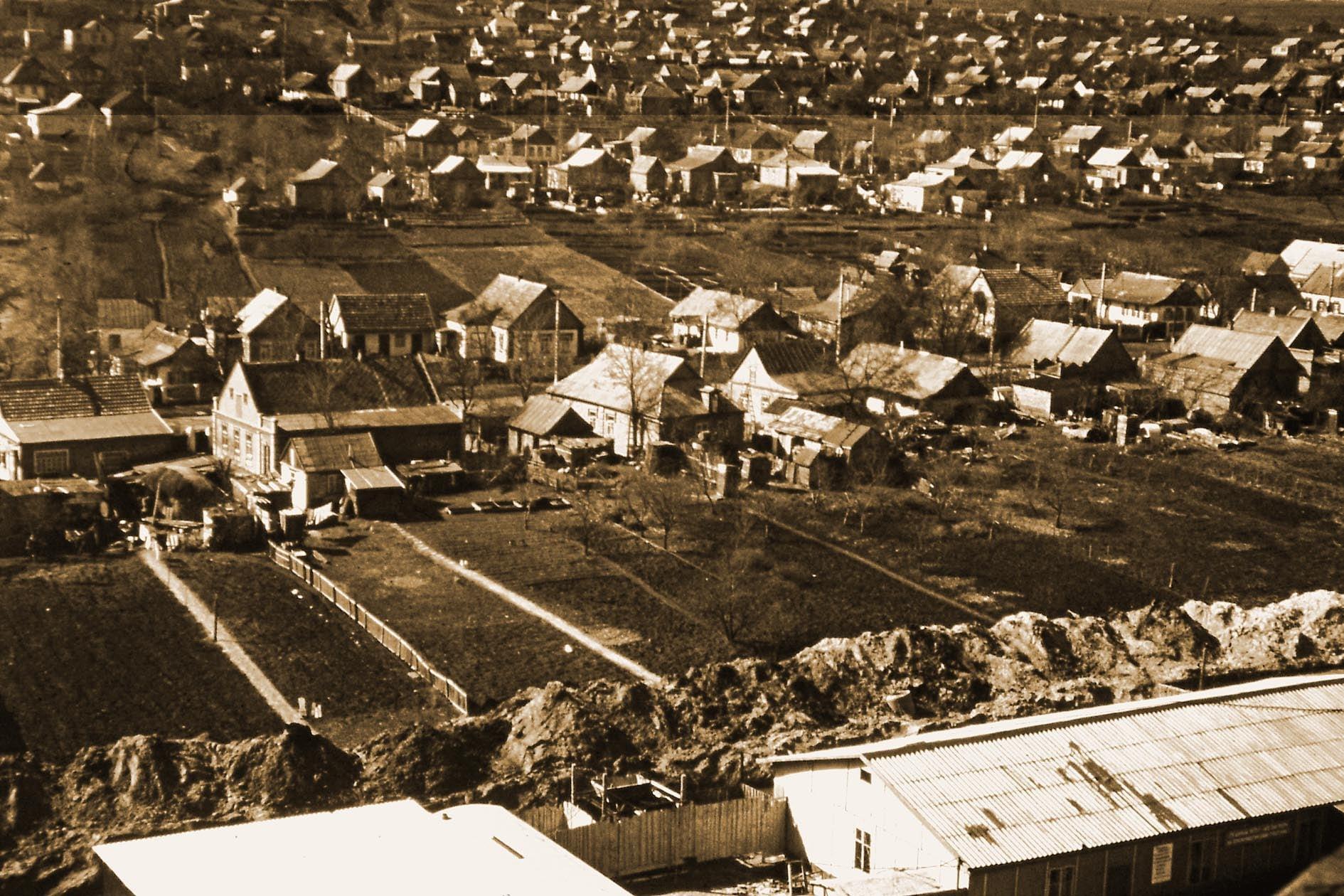 Лоцкаменка, снято с лоджии 9 этажа, пр.Героев, 21. Внизу справа видно Управление строительством \