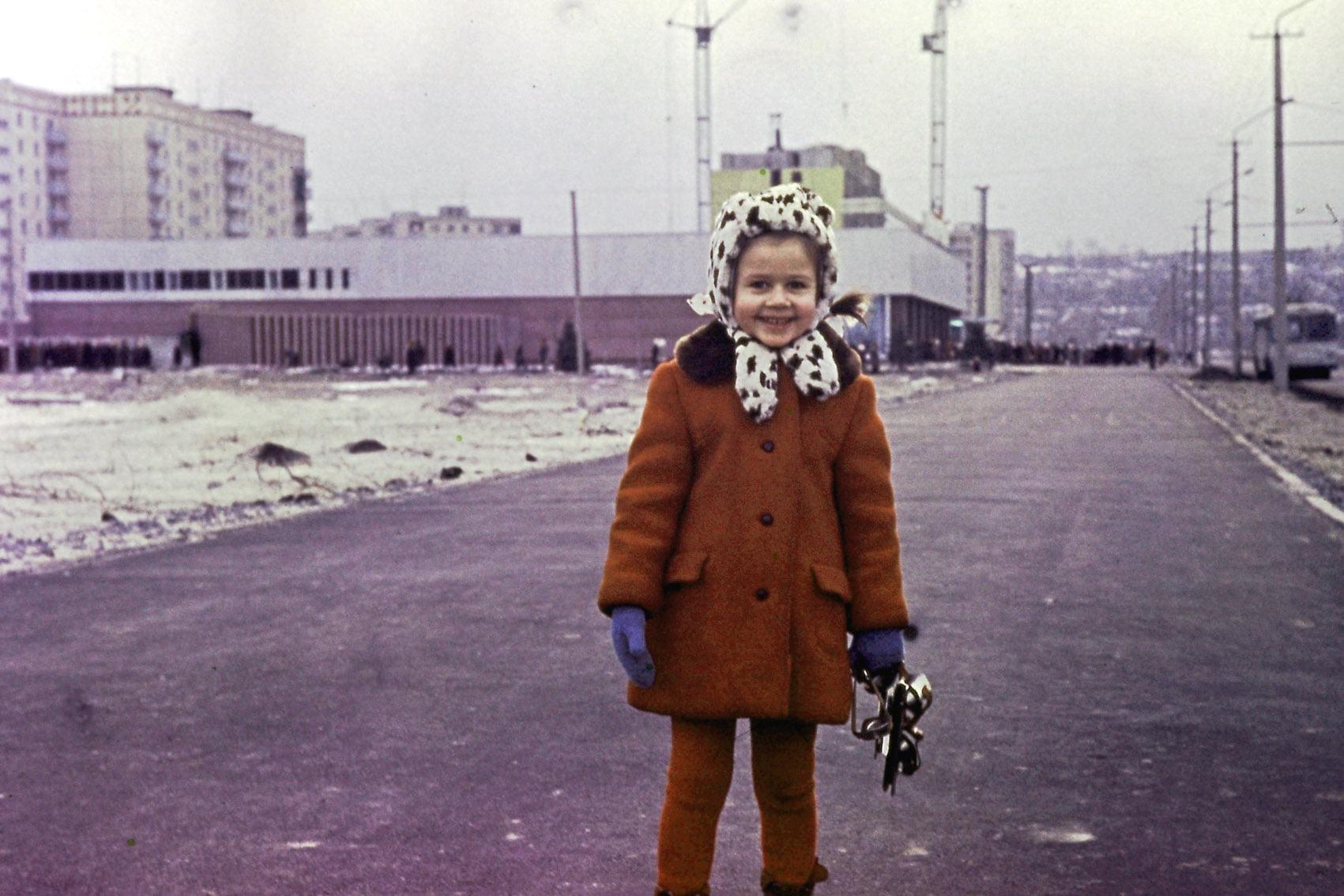 Дочка Гринёва Катя на фоне Универсама (фото Валентина Гринёва) Жилмассиву Победа в Днепре – 50 лет!