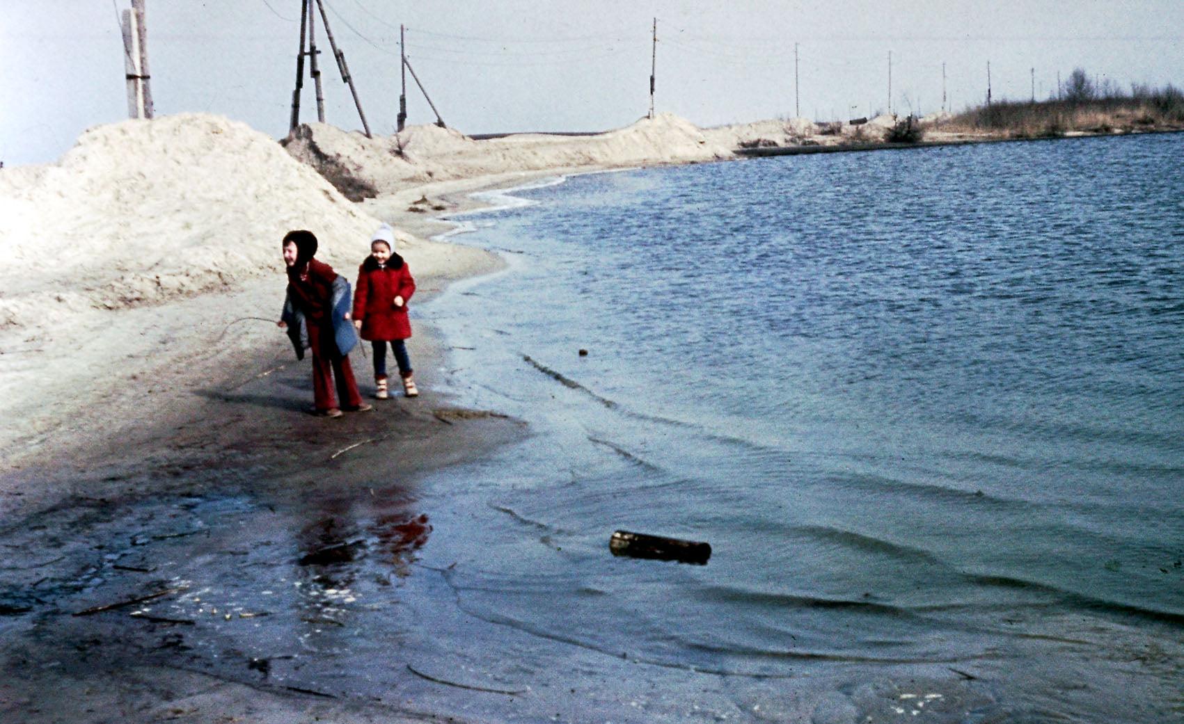 Начало косы. Земснаряд намывает берег, намытый песок на берегу (фото Валентина Гринёва) Жилмассиву Победа в Днепре – 50 лет!