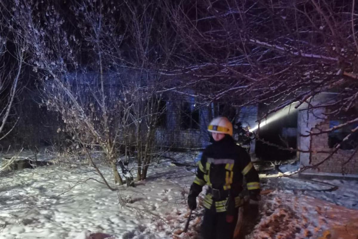 В Днепре горел заброшенный дом: погибли 3 человека