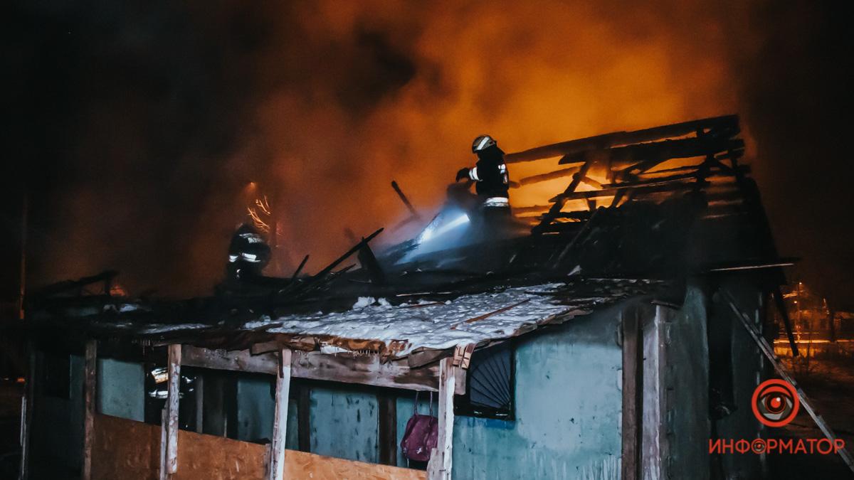 В Днепре на Моторной горел частный дом: внутри находились 5 детей